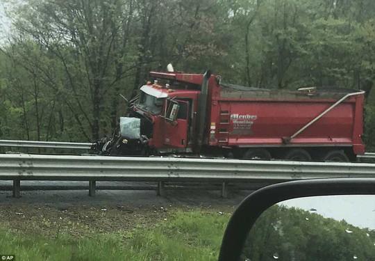 Va chạm xe tải, đầu xe buýt đứt lìa, 2 người chết - ảnh 4