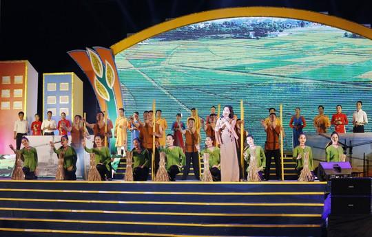 Nam Đàn được công nhận chuẩn nông thôn mới vào ngày sinh nhật Bác - Ảnh 1.