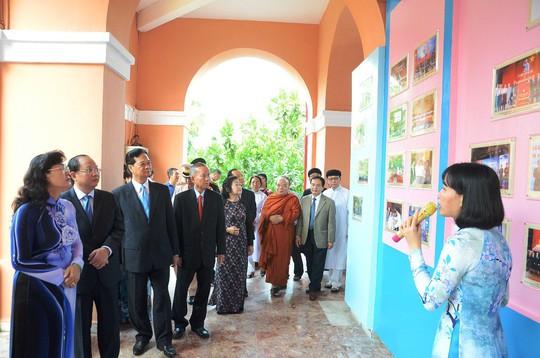 Nguyên Thủ tướng Nguyễn Tấn Dũng dâng hương Chủ tịch Hồ Chí Minh - Ảnh 7.
