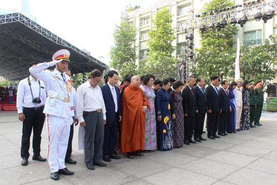 Nguyên Thủ tướng Nguyễn Tấn Dũng dâng hương Chủ tịch Hồ Chí Minh - Ảnh 4.