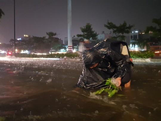 TP HCM trưa nắng nóng, chiều tối có mưa rào, coi chừng bị ngập - Ảnh 3.