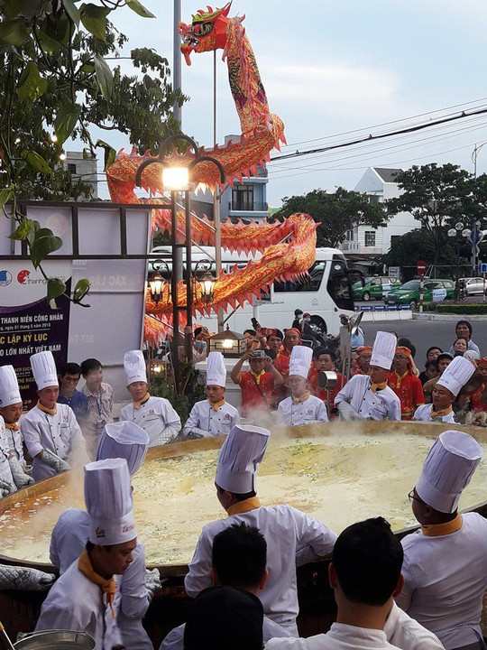 Xác lập kỷ lục Bánh Xèo lớn nhất Việt Nam, phục vụ cho 200 khách - Ảnh 3.