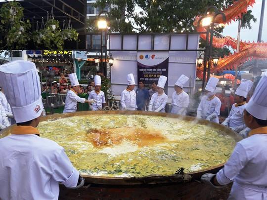 Xác lập kỷ lục Bánh Xèo lớn nhất Việt Nam, phục vụ cho 200 khách - Ảnh 4.