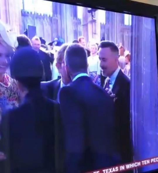 Elton John hôn David Beckham trong đám cưới Hoàng tử Anh - Ảnh 4.