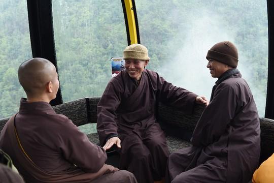 Hành hương mùa Phật đản, quý tăng ni cả nước được miễn phí vé cáp treo Fansipan - Ảnh 1.