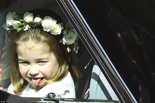 Công chúa Charlotte làm tan chảy trái tim khách mời trong đám cưới hoàng gia - Ảnh 4.