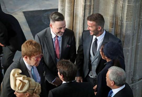 Elton John hôn David Beckham trong đám cưới Hoàng tử Anh - Ảnh 1.