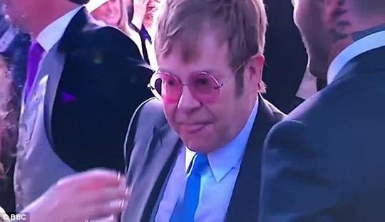 Elton John hôn David Beckham trong đám cưới Hoàng tử Anh - Ảnh 6.