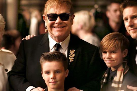 Elton John hôn David Beckham trong đám cưới Hoàng tử Anh - Ảnh 8.