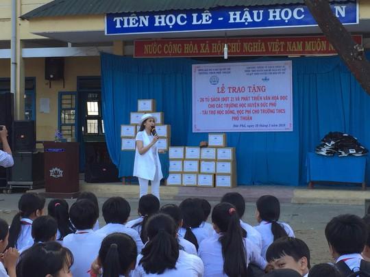 Diễn viên Minh Thư, ca sĩ Lâm Trí Tú trao sách cho học sinh Quảng Ngãi - Ảnh 4.