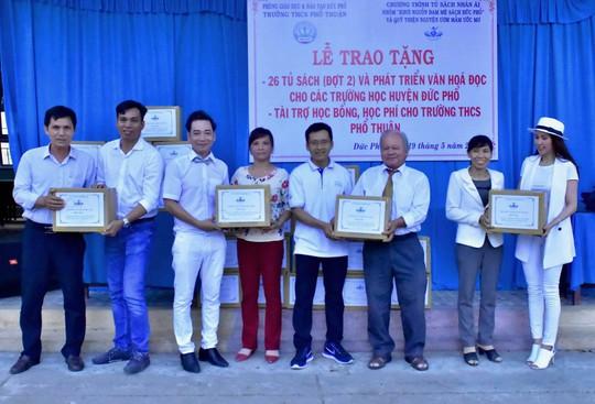 Diễn viên Minh Thư, ca sĩ Lâm Trí Tú trao sách cho học sinh Quảng Ngãi - Ảnh 5.