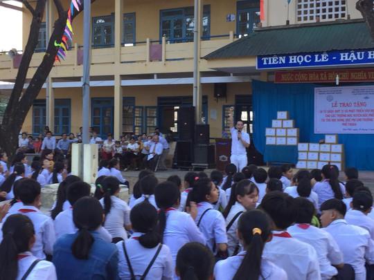 Diễn viên Minh Thư, ca sĩ Lâm Trí Tú trao sách cho học sinh Quảng Ngãi - Ảnh 3.