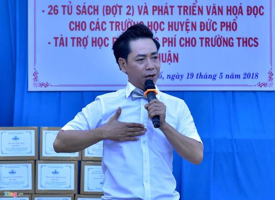 Diễn viên Minh Thư, ca sĩ Lâm Trí Tú trao sách cho học sinh Quảng Ngãi - Ảnh 2.