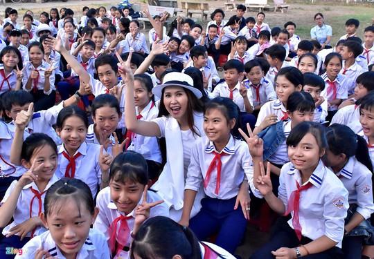 Diễn viên Minh Thư, ca sĩ Lâm Trí Tú trao sách cho học sinh Quảng Ngãi - Ảnh 1.
