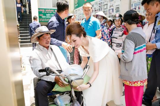 Hoa hậu Bùi Thị Hà tặng 500 phần quà cho người nghèo - Ảnh 3.