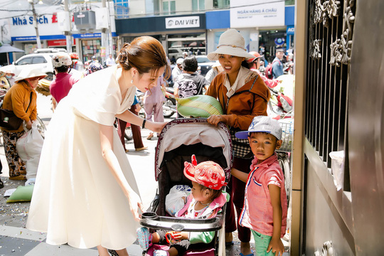 Hoa hậu Bùi Thị Hà tặng 500 phần quà cho người nghèo - Ảnh 5.