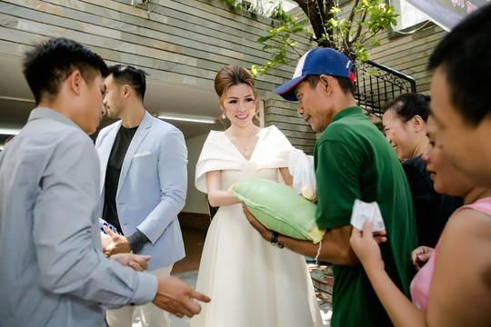 Hoa hậu Bùi Thị Hà tặng 500 phần quà cho người nghèo - Ảnh 1.