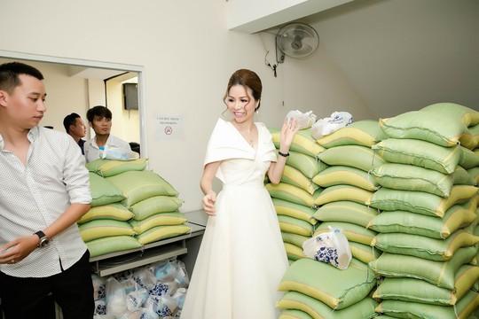 Hoa hậu Bùi Thị Hà tặng 500 phần quà cho người nghèo - Ảnh 2.