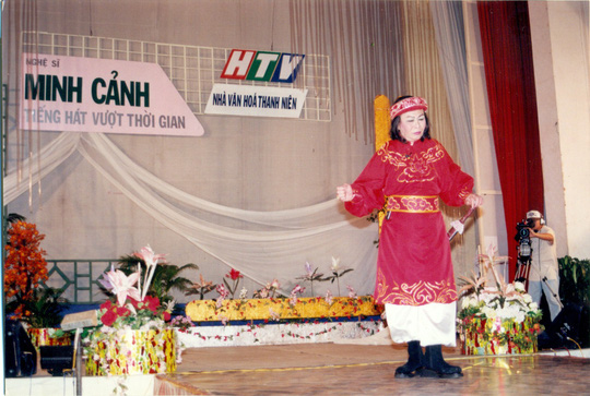 81 tuoi danh ca Minh Canh ve nuoc lam liveshow cung hoc tro