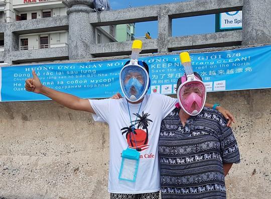 Du khách nước ngoài dọn rác biển Nha Trang vì không chịu nổi - Ảnh 3.