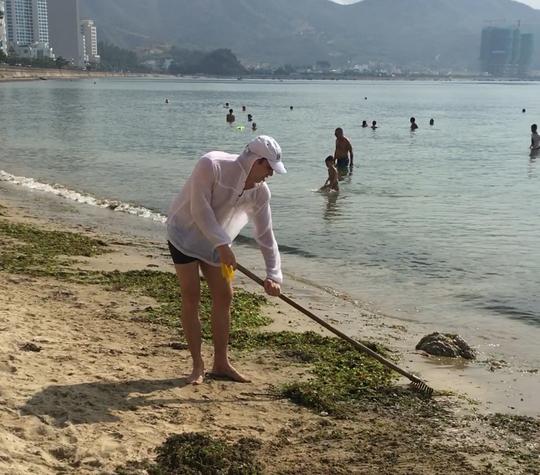 Du khách nước ngoài dọn rác biển Nha Trang vì không chịu nổi - Ảnh 4.