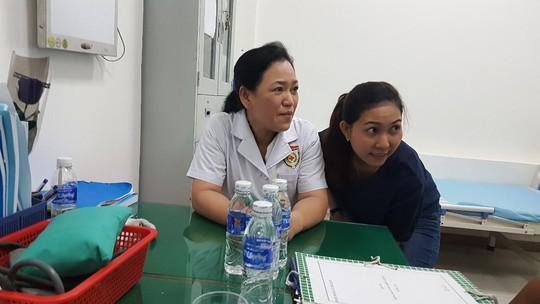 Đoàn thanh tra đến phòng khám Trung Quốc, bác sĩ lánh mặt - Ảnh 1.