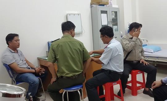 Đoàn thanh tra đến phòng khám Trung Quốc, bác sĩ lánh mặt - Ảnh 2.