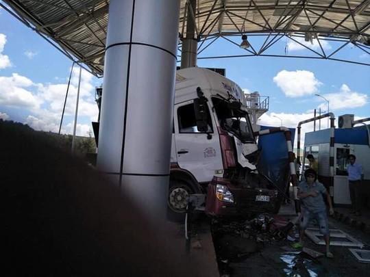 Sau khi tông xe khách, xe đầu kéo ủi thẳng trạm BOT - Ảnh 3.