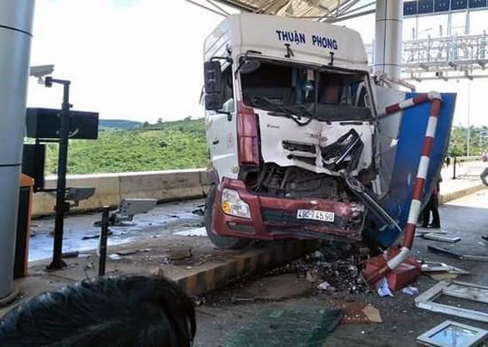 Sau khi tông xe khách, xe đầu kéo ủi thẳng trạm BOT - Ảnh 1.