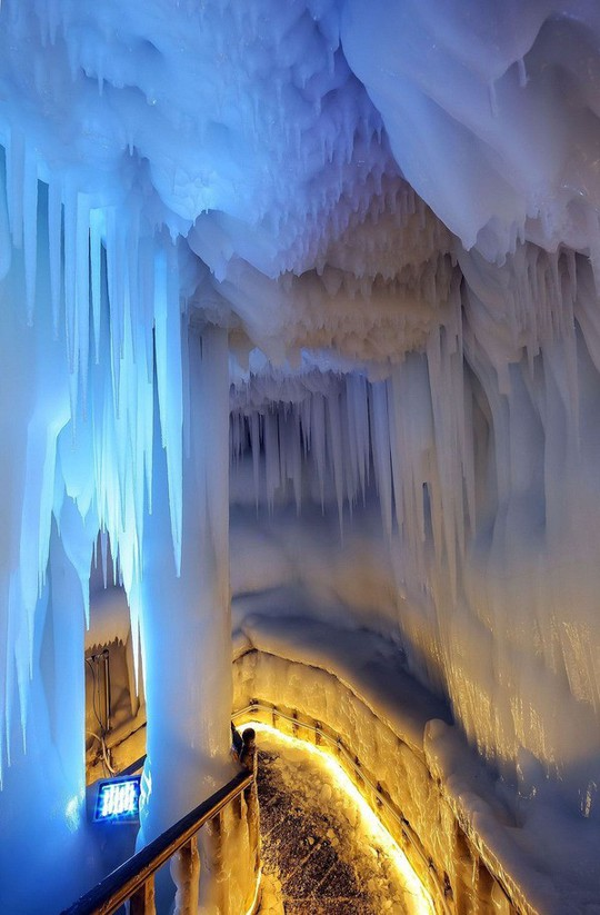 Động băng không bao giờ tan ngay cả giữa hè - Ảnh 2.