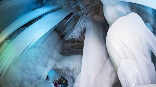 Động băng không bao giờ tan ngay cả giữa hè - Ảnh 6.