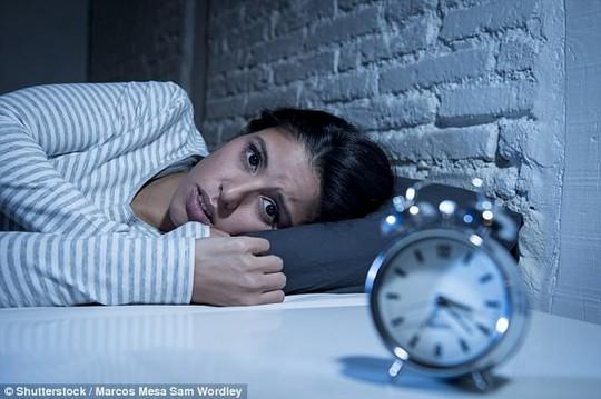 Mất ngủ khiến não tự ăn chính mình, gây bệnh mất trí - Ảnh 1.