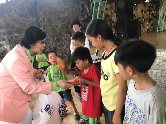 Danh ca Minh Cảnh trao quà 1-6 cho trẻ em mồ côi