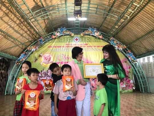 Ca sĩ Bích Thủy trao thư cảm ơn của Trung tâm Nhân đạo Quê hương cho danh ca Minh Cảnh