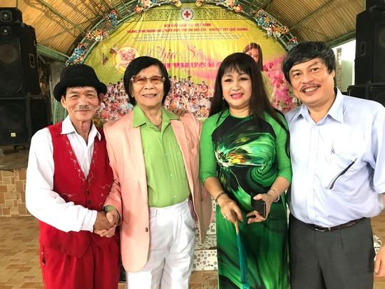 Danh ca Minh Cảnh, ảo thuật gia Trần Bình, ca sĩ Bích Thủy và ông Hoàng Hải (con rễ nhạc sĩ Bắc Sơn) tại Trung tâm nhân đạo Quê hương