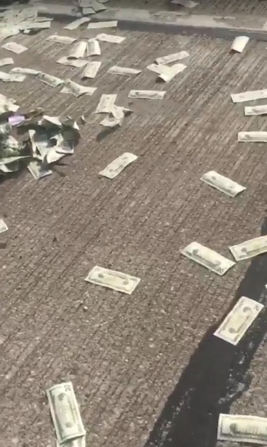 Xe tải chở tiền bung cửa, người dân đổ xô nhặt tiền - Ảnh 2.