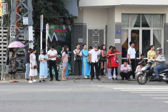 Nha Trang lo khách nước ngoài ở lại làm chui - Ảnh 1.