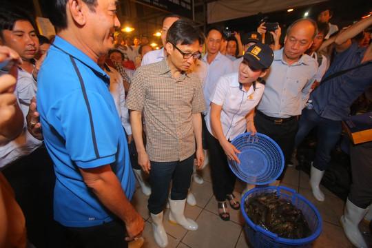 Phó Thủ tướng thị sát chợ đầu mối Bình Điền lúc 0 giờ. - Ảnh 4.