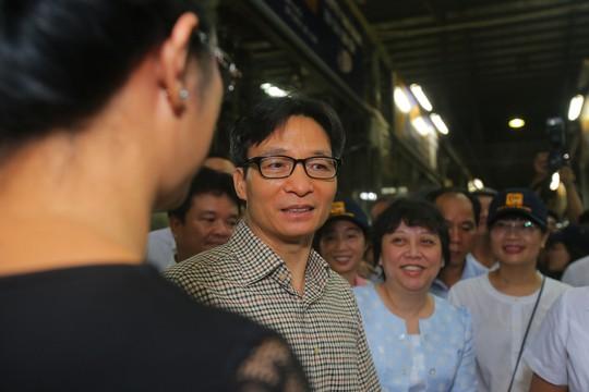 Phó Thủ tướng thị sát chợ đầu mối Bình Điền lúc 0 giờ. - Ảnh 8.