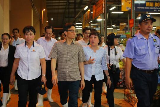 Phó Thủ tướng thị sát chợ đầu mối Bình Điền lúc 0 giờ. - Ảnh 11.
