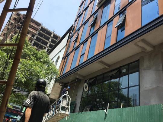 Đứt cáp công trình trên cao, 3 người bị thương nặng - Ảnh 6.