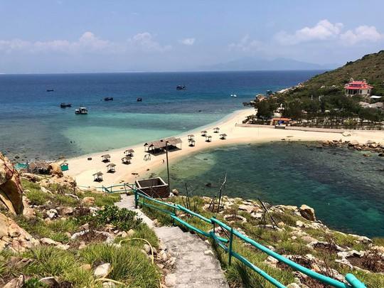 Ghé Nha Trang hè này, khám phá bãi tắm đôi duy nhất ở Việt Nam - Ảnh 1.