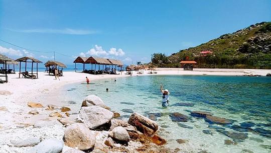 Ghé Nha Trang hè này, khám phá bãi tắm đôi duy nhất ở Việt Nam - Ảnh 9.