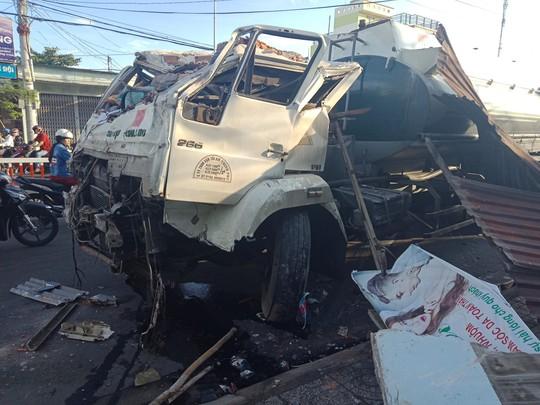 Vũng Tàu: Kinh hoàng xe bồn tông sập nhà trên đường 30 tháng 4 - Ảnh 2.