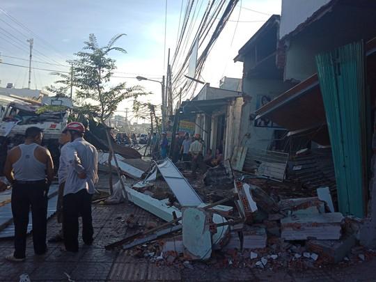 Vũng Tàu: Kinh hoàng xe bồn tông sập nhà trên đường 30 tháng 4 - Ảnh 1.