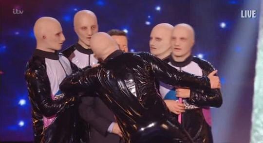 Nam MC bị cưỡng hôn thô bạo trên sân khấu - Ảnh 1.