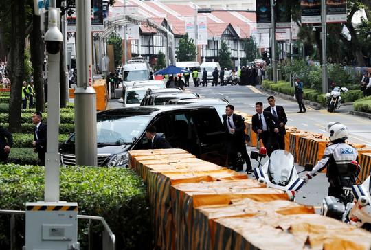 Ông Kim Jong-un tới Singapore, được vệ sĩ chạy bộ đưa về khách sạn - Ảnh 8.