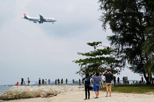 Ông Kim Jong-un tới Singapore, được vệ sĩ chạy bộ đưa về khách sạn - Ảnh 10.