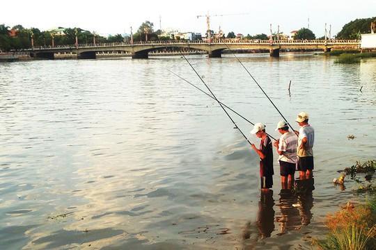 Cần thủ đua nhau ra sông săn cá ở miền Tây - Ảnh 1.
