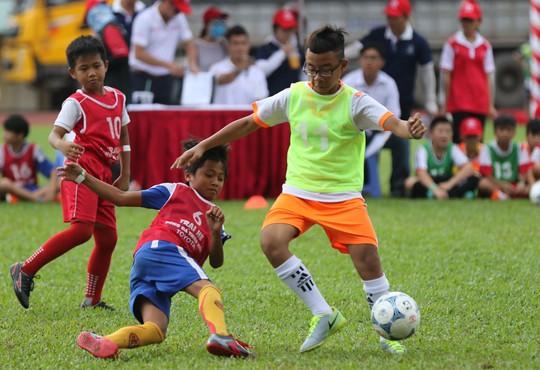 Khởi động trại hè bóng đá thiếu niên với HLV Huỳnh Đức, Thanh Bình - Ảnh 1.